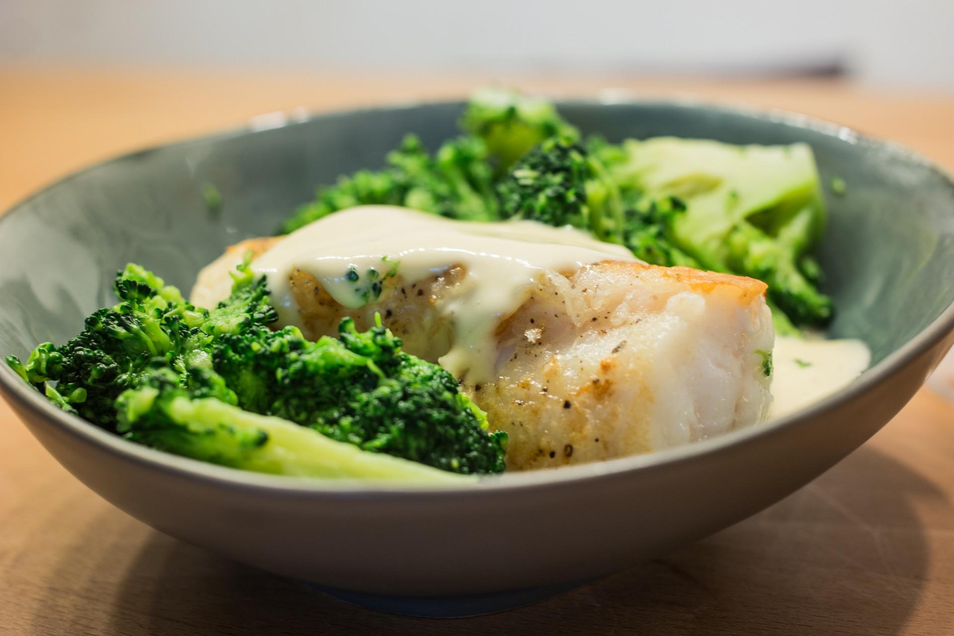 Un plat de lotte avec des brocolis