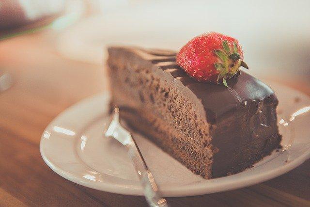 gâteau au chocolat avec une fraise sur le dessus